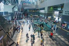 京都,日本- 2017年7月05日:人人群赶紧在Keihan火车站在京都,日本 Keihan铁路局 免版税库存图片