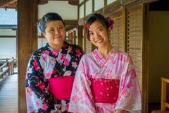 京都,日本- 2017年7月05日:关闭摆在为照相机的两个美丽的Japanesse女孩在Tenryu籍的Hojo霍尔  库存照片