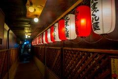 京都,日本- 2017年7月05日:在一个大厦的夜insdide的美丽的纸灯在Gion区,京都 免版税库存照片