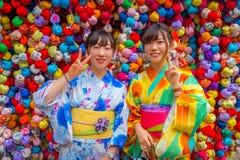 京都,日本- 2017年7月05日:在一个小市场前面的未认出的人与位于中心的五颜六色的球 免版税库存照片