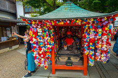 京都,日本- 2017年7月05日:在一个小市场前面的未认出的人与位于中心的五颜六色的球 免版税库存图片