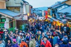 京都,日本12月2日:在一条街道上的游人步行在Kiyomi附近 免版税图库摄影