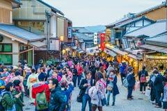 京都,日本12月2日:在一条街道上的游人步行在Kiyomi附近 免版税库存图片