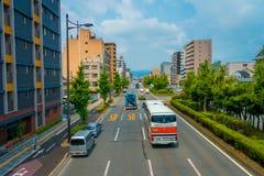 京都,日本- 2017年7月05日:在京都街道上的汽车在日本 京都大都会是一个最人口众多的城市  免版税库存图片