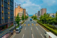 京都,日本- 2017年7月05日:在京都街道上的汽车在日本 京都大都会是一个最人口众多的城市  库存图片