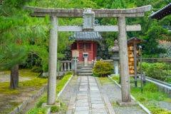 京都,日本- 2017年7月05日:在公园的美丽的景色有在道路的一个扔石头的门的在Yasaka寺庙的公园里面 免版税库存照片