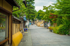 京都,日本- 2017年7月05日:在参观Yasaka塔Gion Higashiyama美丽的景色的小城市的边路  库存图片