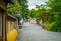 京都,日本- 2017年7月05日:在参观Yasaka塔Gion Higashiyama美丽的景色的小城市的边路  图库摄影