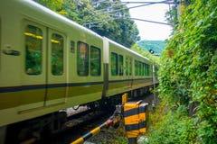京都,日本- 2017年7月05日:在箱根Tozan缆绳在Gora驻地的火车线铁路的绿色火车在箱根 免版税库存图片