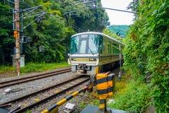 京都,日本- 2017年7月05日:在箱根Tozan缆绳在Gora驻地的火车线铁路的绿色火车在箱根 免版税库存照片