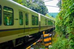 京都,日本- 2017年7月05日:在箱根Tozan缆绳在Gora驻地的火车线铁路的绿色火车在箱根 图库摄影