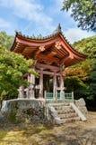 京都,日本- 2014年10月21日:在Daigoji寺庙groun的一座钟楼 免版税库存照片