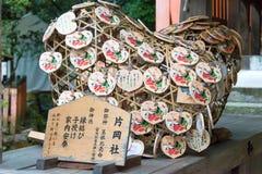 京都,日本- 2015年1月12日:在Kamigamo-的木祷告片剂 图库摄影