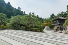 京都,日本- 2015年10月09日:寺庙和庭院在京都,日本 绿色树和沙子 当地人民 图库摄影
