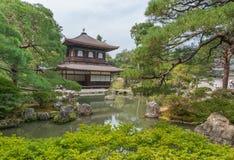 京都,日本- 2015年10月09日:寺庙和庭院在京都,日本 绿色湖结构树 免版税图库摄影