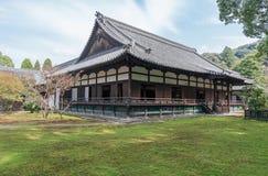 京都,日本- 2015年10月09日:寺庙和庭院在京都,日本 绿色结构树 库存图片