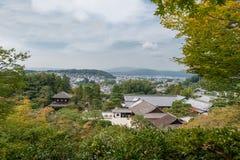 京都,日本- 2015年10月09日:寺庙和庭院在京都,日本 风景 绿色树和京都在背景中 库存图片