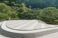 京都,日本- 2015年10月09日:寺庙庭院在京都,日本 绿色树和沙子 当地人民 库存照片