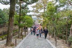 京都,日本- 2015年10月09日:方式祀奉和庭院在京都,日本 绿色树和许多地方人日语在backgroun 库存图片