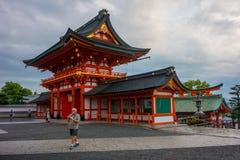 京都,日本- 2017年7月05日:旅游在秋天季节期间的参观著名寺庙2016年11月24日在Fushimi Inari 免版税库存图片