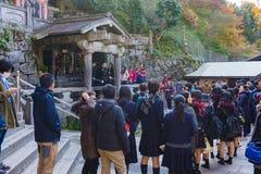 京都,日本- 2015年12月4日:未认出的在清水寺寺庙寺庙的人民等待的水 免版税库存照片