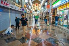 京都,日本- 2017年7月05日:清洗与笤帚外部o的未认出的人民商店他们的市场和 库存照片