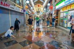 京都,日本- 2017年7月05日:清洗与笤帚外部o的未认出的人民商店他们的市场和 图库摄影