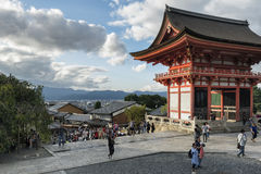 京都,日本- 2016年10月6日:清水寺和市门京都,日本 图库摄影