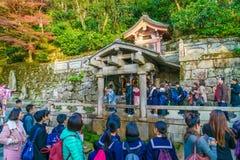 京都,日本12月2日:清水寺寺庙的游人在Kyot 免版税库存图片