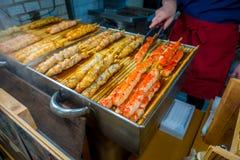 京都,日本- 2017年7月05日:烤食物在西龟市场上,是位于中心的一条室内购物街道  图库摄影