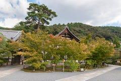 京都,日本- 2015年10月08日:祀奉并且从事园艺与树在京都,日本 库存照片