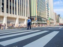 京都,日本- 2017年7月05日:站立在街道中间的未认出的警察在街道的一次游行期间 免版税库存图片