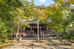 京都,日本- 2015年10月08日:老寺庙和庭院有树的在京都,日本 免版税图库摄影