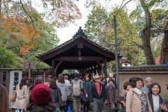 京都,日本- 2015年11月28日:许多游人参观Tofukuji 免版税图库摄影