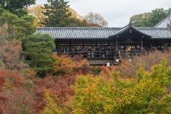 京都,日本- 2015年11月28日:许多游人参观Tofukuji Te 库存图片