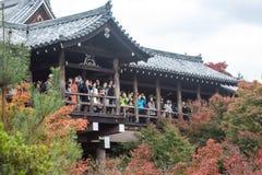 京都,日本- 2015年11月28日:许多游人参观Tofukuji Te 免版税库存图片