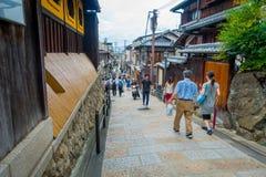 京都,日本- 2017年7月05日:走在一个小城市的未认出的人民参观Yasaka塔美丽的景色  库存照片