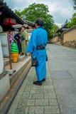 京都,日本- 2017年7月05日:走在一个小城市的未认出的人民参观Yasaka塔美丽的景色  免版税库存图片