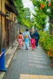 京都,日本- 2017年7月05日:走在一个小城市的未认出的人民参观Yasaka塔美丽的景色  图库摄影