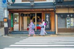 京都,日本- 2017年7月05日:走在城市的未认出的人民参观Yasaka塔Gion美丽的景色  免版税库存照片