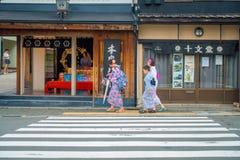 京都,日本- 2017年7月05日:走在城市的未认出的人民参观Yasaka塔Gion美丽的景色  免版税库存图片