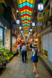 京都,日本- 2017年7月05日:走在西龟市场上的未认出的人民在京都 库存图片