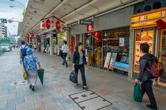 京都,日本- 2017年7月05日:走在Gion区的街道的未认出的人民,位于中心  免版税库存图片