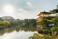 京都,日本- 2015年10月09日:金黄亭子的Kinkaku籍寺庙正式地说出Rokuon籍名字 鹿庭院寺庙是禅宗 库存照片