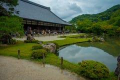 京都,日本- 2017年7月05日:从事园艺与在主要亭子Tenryu籍寺庙前面的池塘在Arashiyama,在京都附近 免版税库存图片