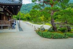 京都,日本- 2017年7月05日:enoying庭院的看法的有池塘的未认出的人民在主要亭子前面 库存图片