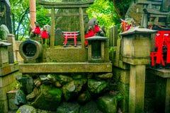 京都,日本- 2017年7月05日:Fox向雕象扔石头在Fushimi Inari寺庙Fushimi Inari Taisha寺庙在日本 免版税库存照片
