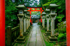 京都,日本- 2017年7月05日:Fushimi Inari Taisha Torii门在京都,日本祀奉 有超过10,000 免版税库存照片
