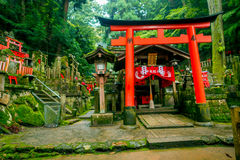 京都,日本- 2017年7月05日:Mitsurugi寺庙Choja寺庙在Fushimi Inari Taisha寺庙的祷告区域,与guge红色 库存图片