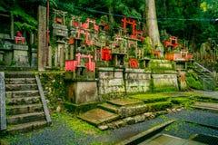 京都,日本- 2017年7月05日:Mitsurugi寺庙Choja寺庙在Fushimi Inari Taisha寺庙的祷告区域 一著名 库存照片